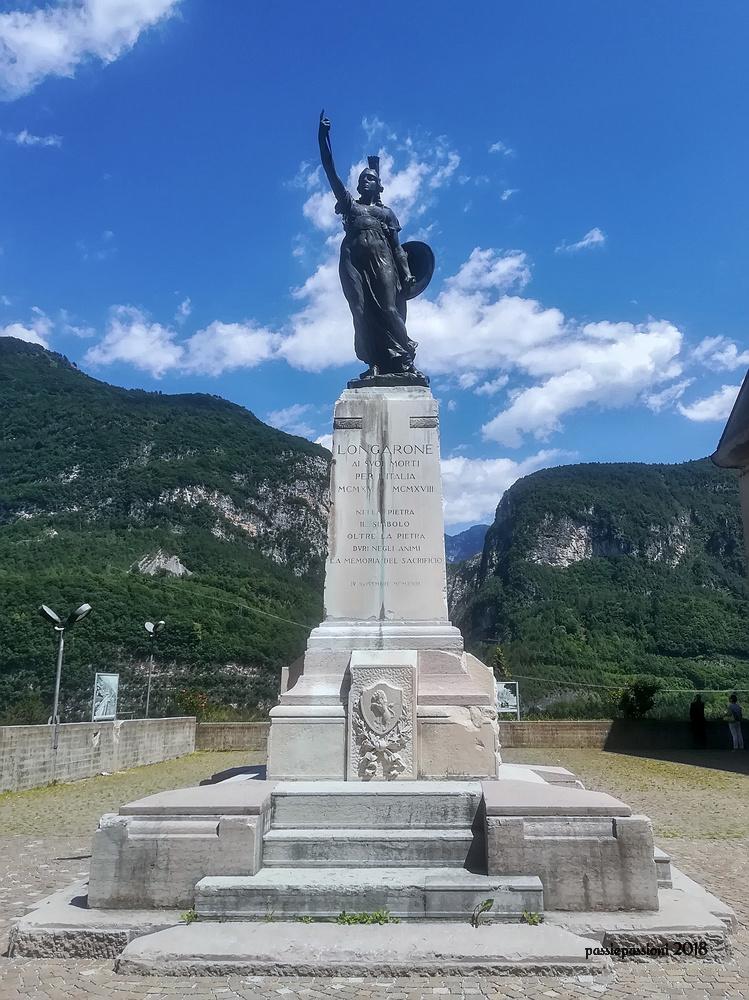 Statua commemorativa del disastro del Vajont a Longarone