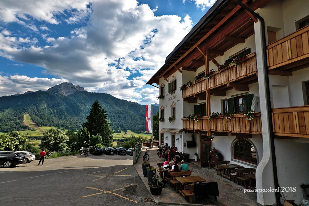 Facciata dell'hotel Kirchenwirt e vista sulla vallata sottostante