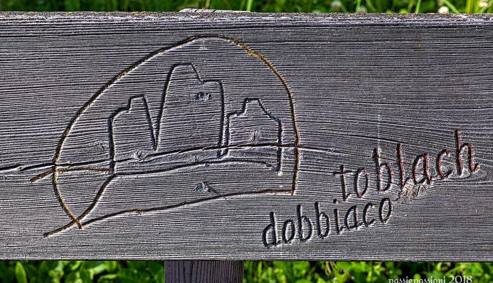 Schienale di una panchina ad Aufkirchen, con la scritta Toblach/Dobbiaco e le Tre Cime di Lavaredo intagliate